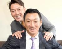 「『明星』っぽく撮りましょうよ!」と言う新井貴浩氏(奥)と、笑顔で写真に納まる金本知憲氏