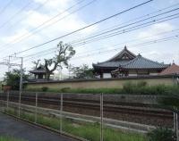 『現代に生き続ける新京阪鉄道 南茨木の架線柱と避溢橋』の画像