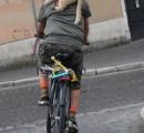 わりと必死、サイクリング男性の背にしがみつく猫ちゃん