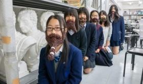 【芸術】  何なんだ この写真は・・・。 日本人達が 「あずき」でできた ヒゲをつけてる写真がたくさんあるんだが・・・。