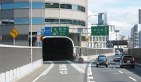 【日本の街】   大阪にある 「高速道路が貫通するビル」 が凄い。   海外の反応