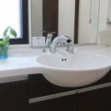 『《きれいを保つ洗面所の掃除ポイント「ついで掃除」で汚れをよせつけない》』の画像
