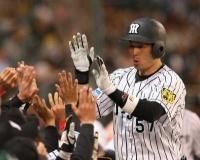 甲子園 大歓声!阪神 岡崎 プロ13年目で初本塁打