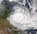 【オーストラリア】巨大サイクロン「デビー」、豪北東部に上陸 最大風速75メートル-3万人以上避難