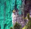【画像】風水で運気を上げるために、いきなり岩山を緑で塗り始めた住民に地元自治体が困惑!