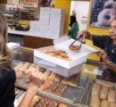 馴染みのドーナツ店の奥さんが病気に→早くお店閉められるようにお客たちが爆買いして助ける