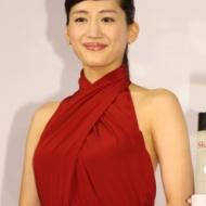 綾瀬はるか、背中丸出し大胆セクシー赤ドレスで会場を魅了 アイドルファンマスター