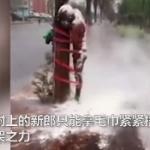 【動画】中国、結婚式の後、友人たちから恒例の祝福を受ける新郎!こりゃ酷すぎる! [海外]