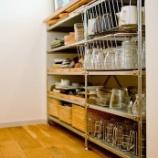 『古めのキッチンもセンス次第で可愛く!おしゃれに魅せる収納』の画像