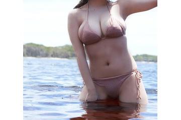都丸紗也華のビキニで少しポチる乳首