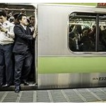 都会の会社員てなんであんな満員電車に耐えられるのか?