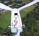 【動画】風力発電所のタービンの上で日光浴している修道士が話題に