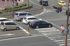 停止線で1台分下がって止まる車なんなの?