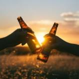 『【キャンプと言ったらビールでしょ!!】キャンプ場でキンキンに冷えたビールを飲もう!クーラーボックスの保冷力アップテク♡』の画像