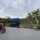 【悲報】金閣寺、改修中のため意味不明な観光地になってしまう