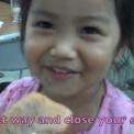 【動画】 華麗な騙しテクニックで食料ゲットする可愛い女の子