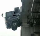 橋を突き破り落下寸前の状態で止まったトラックのレコーダーが怖すぎ 70代運転のアルフォードが原因