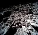小惑星「りゅうぐう」に険しい岩肌 探査ロボが接写 新画像公開 地表の温度は65度 JAXA