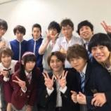 『【乃木坂46】鈴木絢音、舞台集合写真で男性に囲まれる・・・』の画像