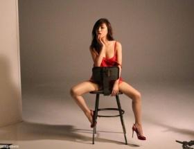 【画像】浜崎あゆみが胸の谷間&美脚をあらわにした写真がセクシーすぎると話題に