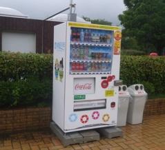 田井西公園に飲み物の自販機ができてる!~はちきかづきちゃん&ねや丸くんのロゴ入り~