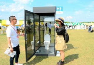 【画像】便座に座ると、360度丸見え シースルートイレが設置されるwww