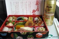 【中国BBS】日本の車内販売弁当は豪華な芸術だ!称賛の声 「オレたちの高速鉄道を見ろ!弁当がゴミのようだ!」