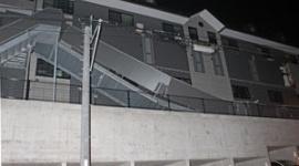 築1年半のアパートの2階通路が崩落 「ドーンという音がして、逃げようと玄関の扉を開けたら通路がなかった」