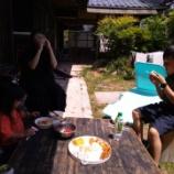 『外で食べるおにぎり』の画像