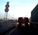 【衝撃動画】前の車が前進→トランクが開いて子供が転落
