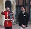 アジア系の観光客が英国王室衛兵の肩に手を乗せる→ブチ切れた衛兵にライフルを向けられ怒鳴られる!