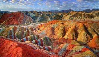 え!これ地球なの?中国に実在する縞模様の山脈「七彩山」がまるで別世界
