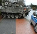 【画像】民家の庭に歩兵戦闘車が突っ込む 住民「もしもし、少し遅れる。庭に戦車がいるんだ」