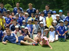 【画像】日本代表の選手たちが子供たちに即席サイン会!和むwww