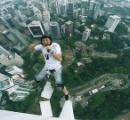 こんなの絶対おかしいよ! ビルから飛び降りながらヒゲソリをする動画wwwwwwwwww