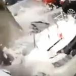 【動画】中国、駐車場で車上の除雪をしていたら、空から…「ガッシャーーーン!」