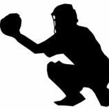 『メジャーのキャッチャーがキャッチするとき→肘を曲げて身体に近づけながらキャッチ』の画像