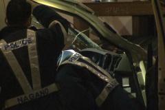 走行中トラックのパイプが対向車のフロントガラス突き破る 頭に当たり男性死亡