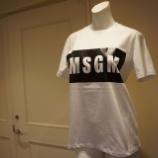 『MSGM(エムエスジーエム)型抜きロゴTシャツ』の画像