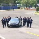 【動画】北朝鮮、金正恩が専用ベンツで移動、SP12人に取り囲ませ一緒に走らせる! [海外]