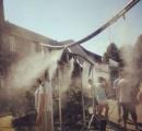 アウシュビッツ博物館、猛暑対策のミスト「シャワー」が物議(写真)