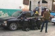 【メキシコ】ギャングを一網打尽にしようとした警察チーム、銃撃戦の末、銃を奪われてしまい人質に(写真あり)