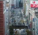 路上に巨大な陥没穴が出現、バスや歩行者が飲み込まれ 6人死亡10人が行方不明 中国