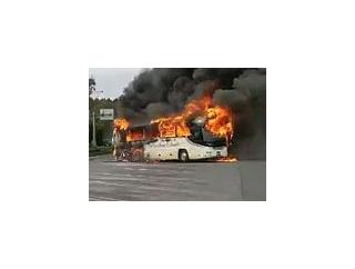 【動画】 東名高速で走行中の観光バスから出火し全焼、乗客30人脱出 緊急車両駆けつけ現地騒然