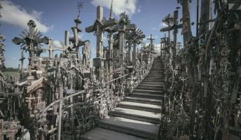 不気味で幻想的な「十字架の丘」の姿をご覧ください・・・