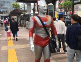 【悲報】ウルトラマン 通勤中に職質される