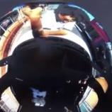 『【ドラレコ衝撃映像】女性の乗った車のボンネットへ飛び乗りフロントガラスを叩き割る男(愛知県豊明市内にて)』の画像