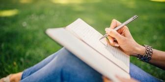 小説家を目指していた彼女。就職するとだんだん「小説家のための勉強」ではなくただの趣味で観劇にハマるようになり…
