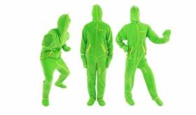【商品】  日本には 緑色になれる 全身タイツ毛布が 売られているらしい。 くっそ不気味に見えるんだが・・・・意外と 便利?。   【海外の反応】