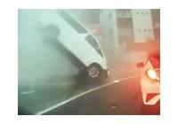 【動画】 道路から突然ハシゴが飛び出し走行中の車が宙に浮く・・ ドラレコ動画に衝撃走る